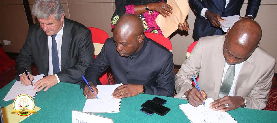 Le premier ministre préside la cérémonie  de signature de la convention de concession du guichet unique du commerce extérieur