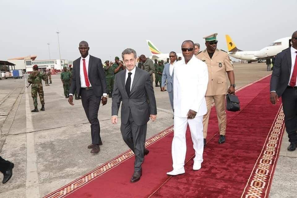 En pleine tourmente, Sarkozy retrouve le tapis rouge à Conakry