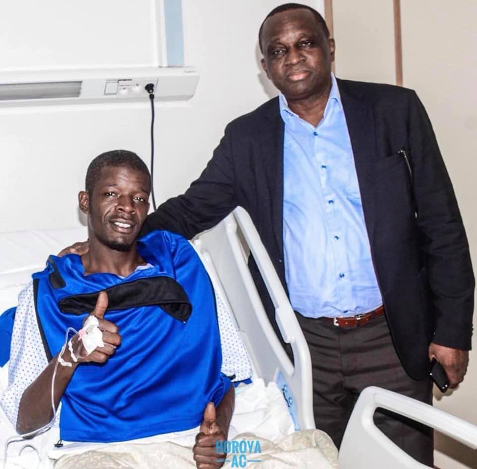 Après son opération réussie, l'international Sénégalais du Horoya AC retrouve le sourire au côté du président Antonio Souaré