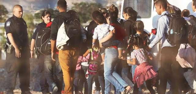 « Si tu veux de l'eau, bois dans les toilettes » : des élus racontent l'horreur d'un centre pour migrants aux Etats-Unis