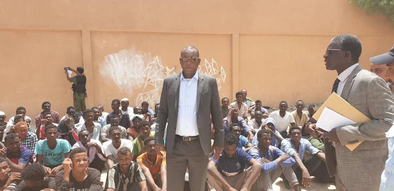 Le général Konaté en mode humanitaire dans des camps de réfugiés libyens