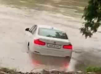 Inde : il jette sa BMW reçue en cadeau dans la rivière, parce qu'il voulait une Jaguar