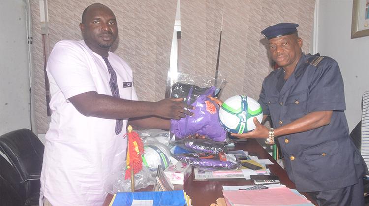Le Horoya AC offre des équipements sportifs à la CMIS
