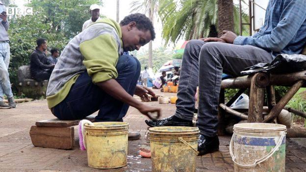 Un diplômé en chimie, cireur de chaussures en Ethiopie