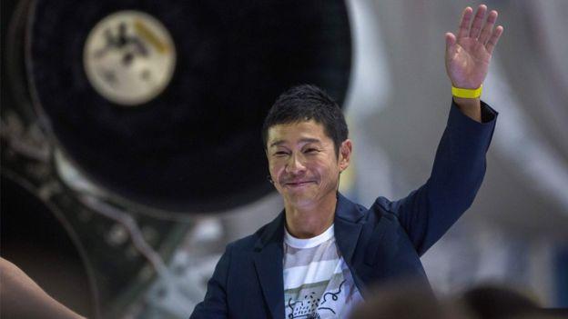 Un milliardaire japonais cherche une femme pour un voyage sur la Lune