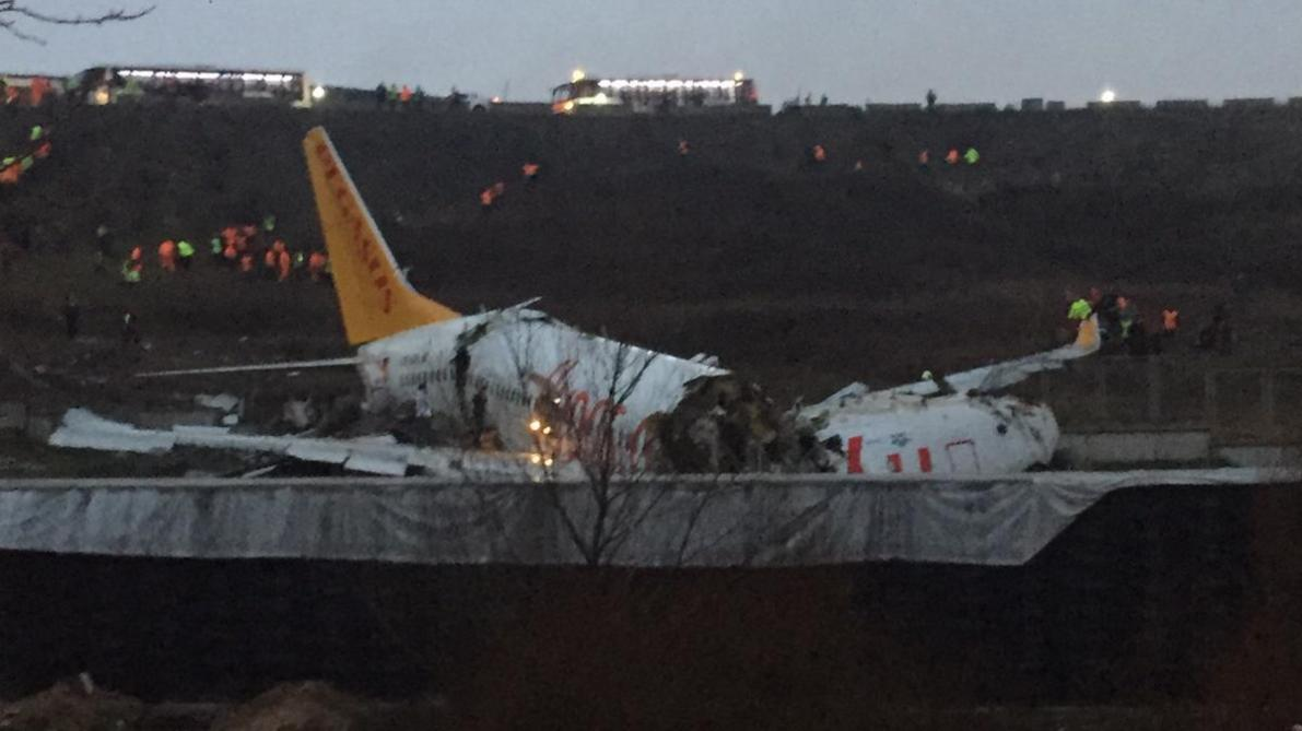 Turquie: un avion se brise en deux après son atterrissage à Istanbul
