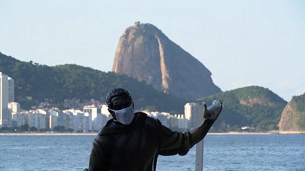Brésil: à Rio de Janeiro, les statues portent des masques pour inciter les habitants à le faire