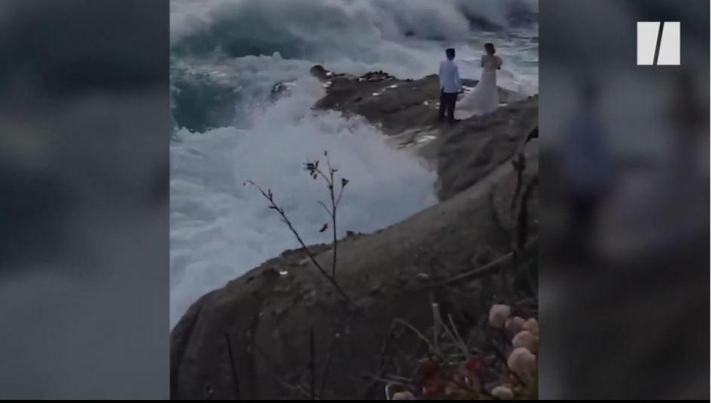 USA: en pleine séance photo pour leur mariage, ce couple est emporté dans l'océan par une énorme vague (vidéo)
