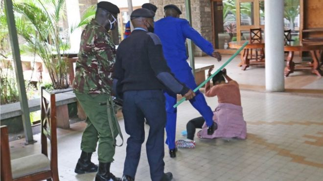 Des policiers tabassent une député au Kenya