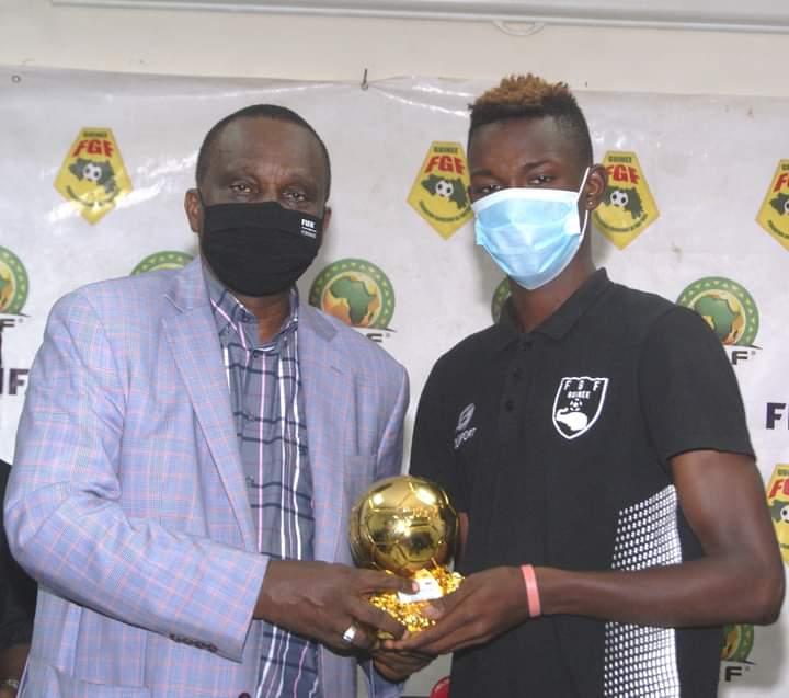 Le Syli U20 à la Feguifoot, Elhadj Abdouramane Bah reçoit son trophée de meilleur buteur du tournois UFOA U20