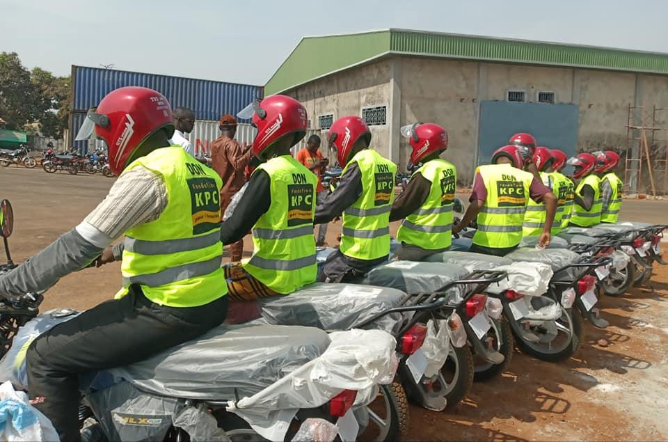 La Fondation KPC pour l' Humanitaire offre des motos au Syndicat des Motos Taxis de Kagbelen, à Dubréka