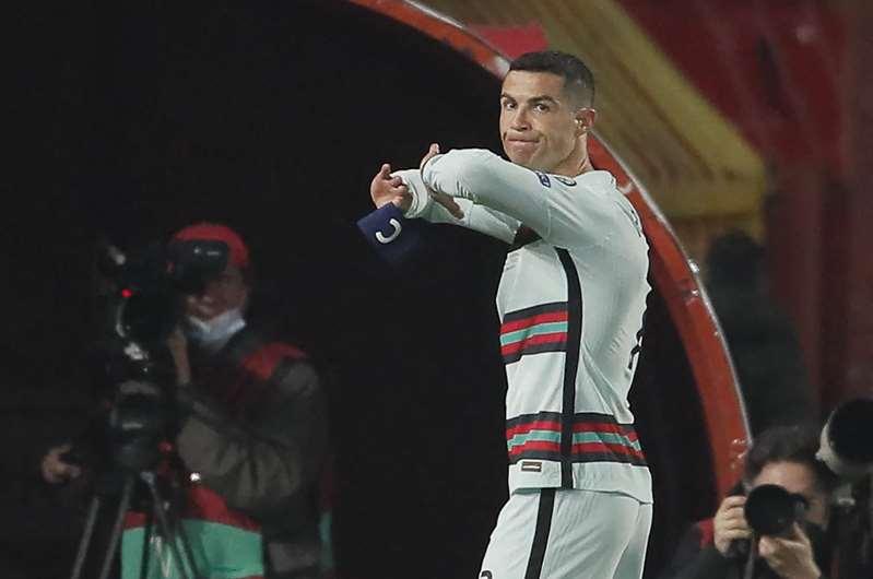 Le brassard jeté par Ronaldo vendu 64.000 euros pour aider un enfant malade