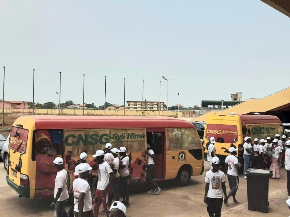 Football: Antonio Souaré donne deux bus aux supporters de Guinée