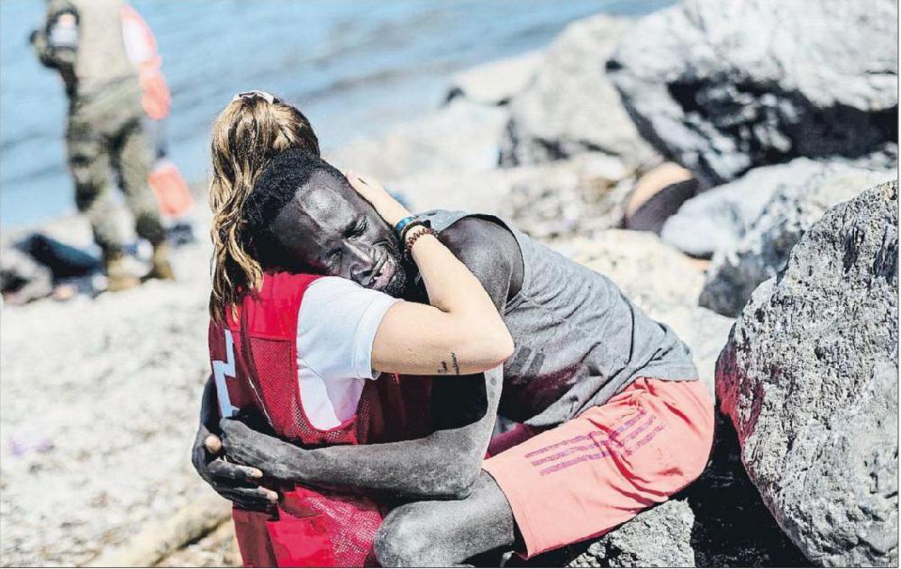 Ceuta: une bénévole harcelée après avoir réconforté un migrant