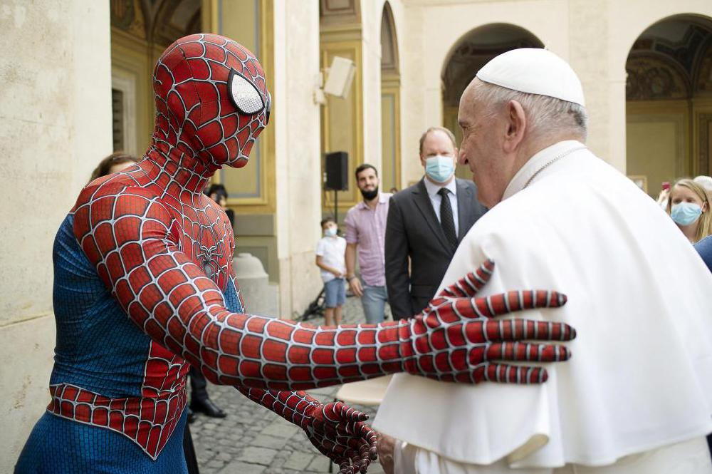 «Spider-Man» reçu en audience par le pape (vidéo)