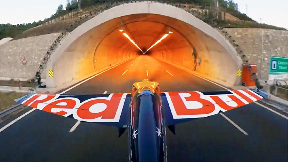 Un Italien traverse deux tunnels en avion à 245 km/h, un record