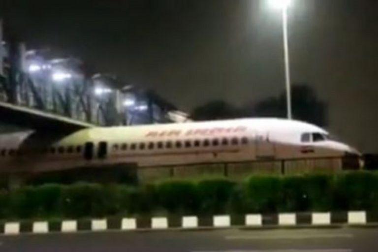 Un avion bloqué sous un pont sur une autoroute
