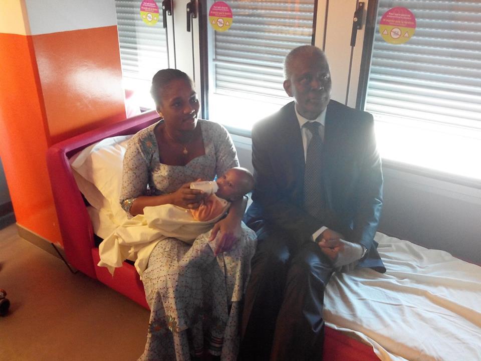 Paris: l'ambassadeur Amara camara rend visite aux  bébés siamois
