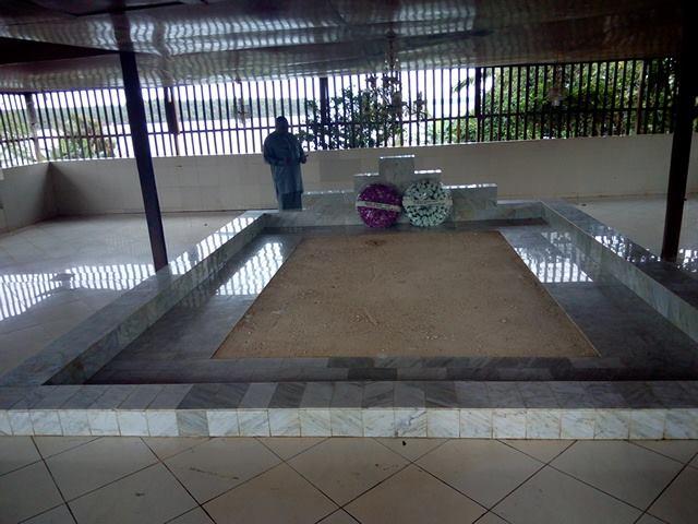 Quand Baydi Aribot se recueille sur la tombe du général Conté