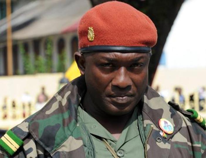 Quand Toumba Diakité  reconnaît  Papa Koly dans l'avion lors de son extradition
