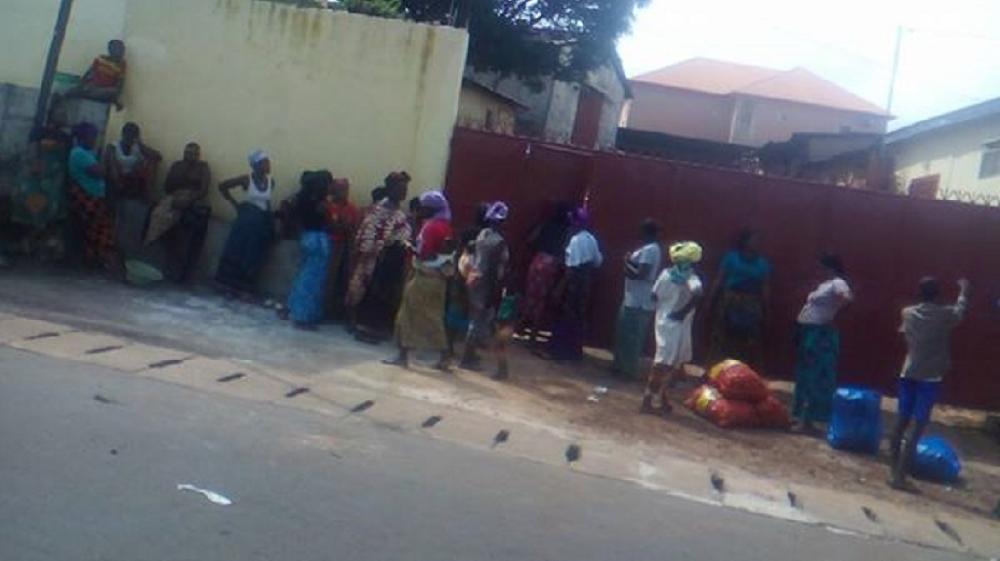 Un commerçant libanais revend des sacs d'oignons périmés à des femmes de Conakry