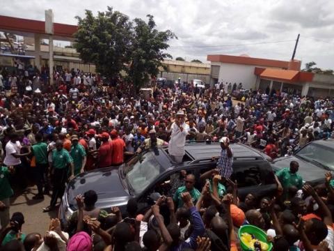 Guinée: des dizaines de milliers de manifestants réclament des élections locales