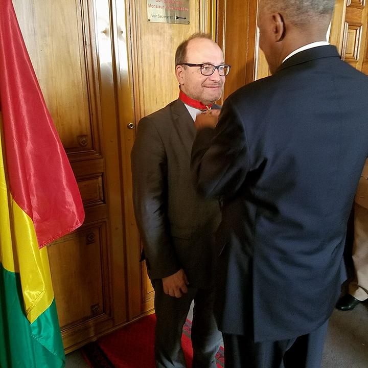 Le président Condé fait décorer le patron de l'Agence Française de Développement