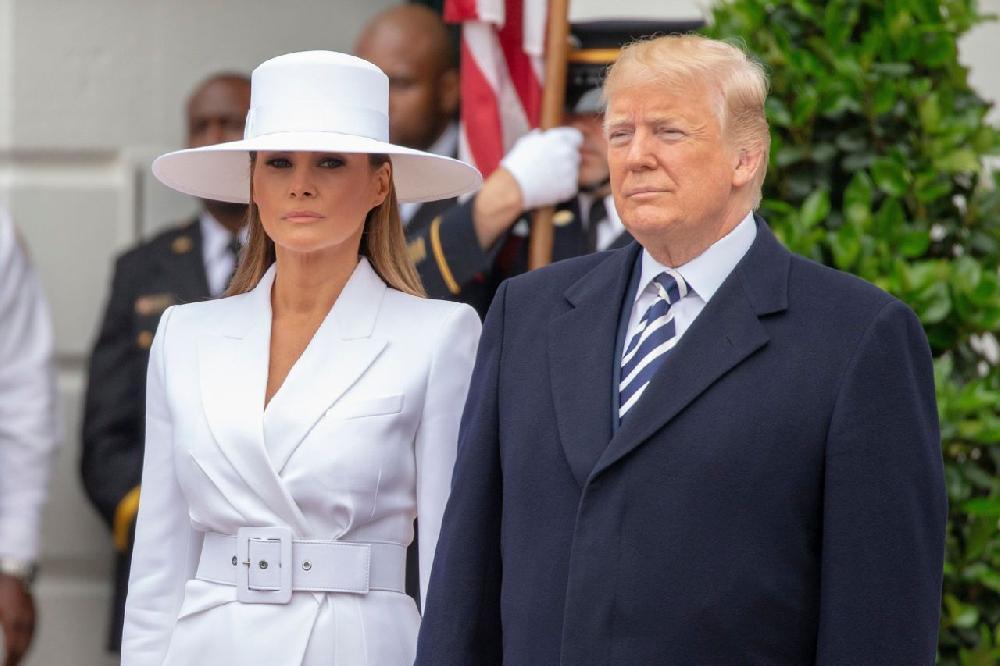 Trump se fait humilier par Melania devant les Macron !