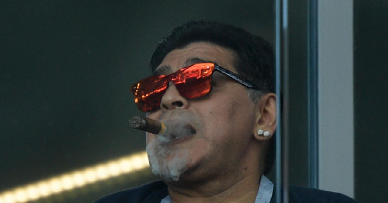 Mondial 2018: Maradona s'excuse d'avoir fumé un cigare en tribunes