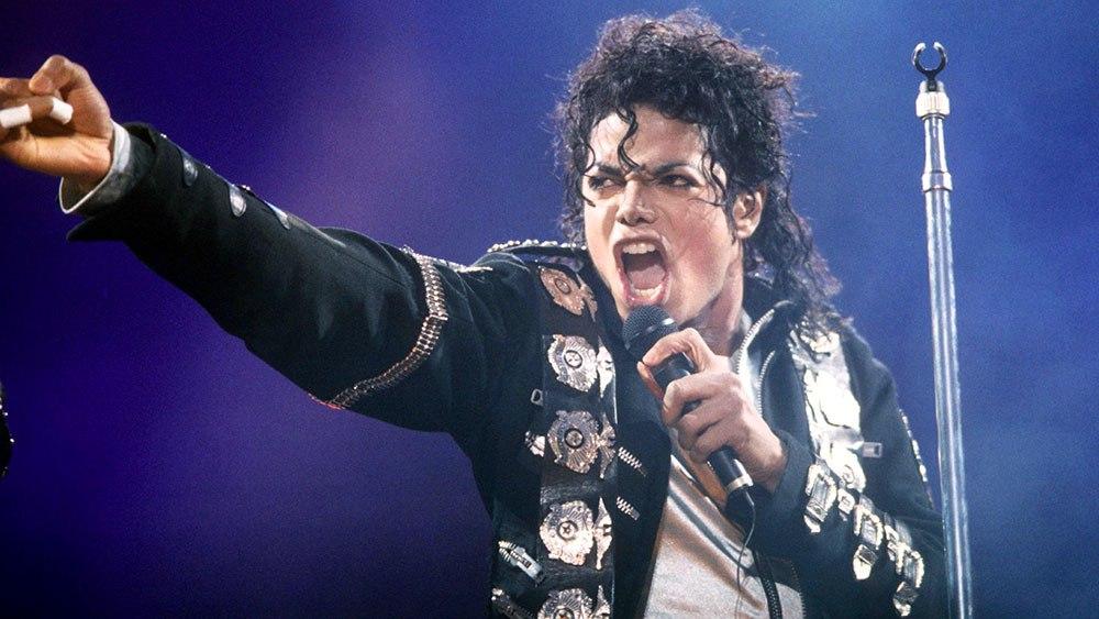 Pourquoi Michael Jackson avait-il gardé sa voix aiguë ? L'horrible révélation de son médecin