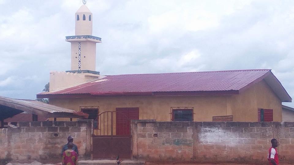 Papa Koly rénove une mosquée en Guinée Forestière