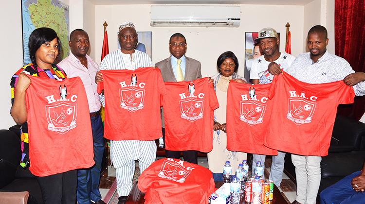 Le Horoya AC offre des tee shirts à la communauté guinéenne d'Egypte