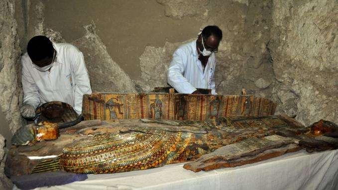 Six momies découvertes dans une tombe de l'époque pharaonique en Egypte